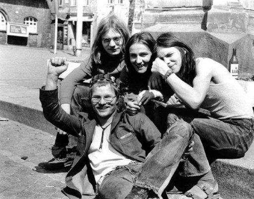 Renate Groß und Matthias Domaschk am 2. Mai 1976 mit Freunden auf dem Jenaer Altmarkt