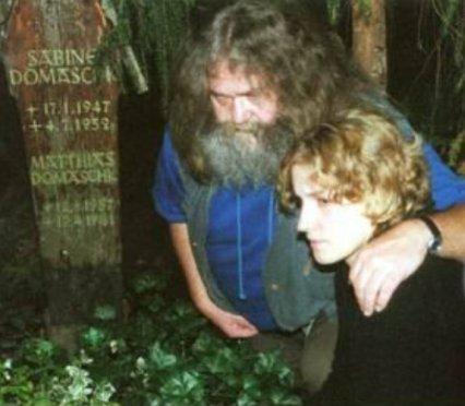 Julia Elmenreich (23) und Peter Rösch (47) 20 Jahre später am Grab von Matthias Domaschk (2001)