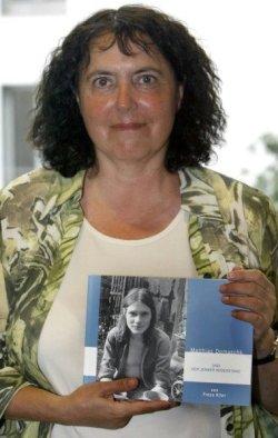 Die Autorin Freya Klier mit ihrem Buch