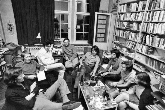 Wagenbachs erste Wirkungsstätte in der Jenaer Straße in West-Berlin. F. C. Delius (Zweiter von links) neben Klaus Wagenbach. Ganz rechts: Katja Wagenbach