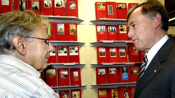 Klaus Wagenbach mit Horst Köhler im Gespräch auf der Frankfurter Buchmesse 2006, im Hintergrund die bekannten roten Bücher der SALTO-Reihe