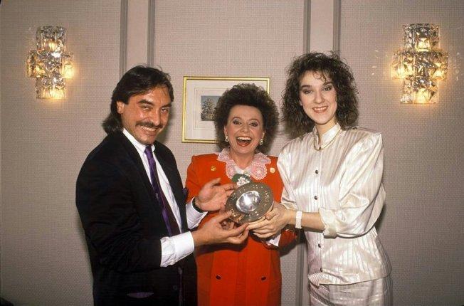 Mit Nella Martinetti und Céline Dion freut sich Komponist  Atilla Sereftug 1988 in Dublin über die Trophäe
