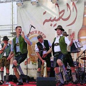 Die Blaskapelle Leonberg hat beim Oktoberfest in Ramallah während ihres Auftrittes in Lederhosen und Tirolerhut sichtlich Spaß (2013)