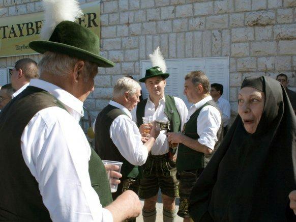 In Taybeh in Palästina ist 2008 die Blaskapelle Dürnbach vom Tegernsee zu Gast, um ein Oktoberfest zu feiern, bei dem auch die Nonnen des Ortes mitfeiern.