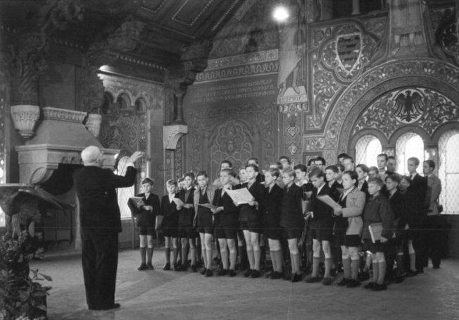 Rudolf Mauersberger dirigiert den Kreuzchor auf der Wartburg (1954)