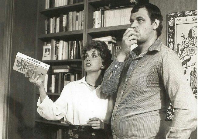 """Gerhard Polt (mit Gisela Schneeberger) in der TV-Serie """"Fast wia im richtigen Leben"""" (1979)"""