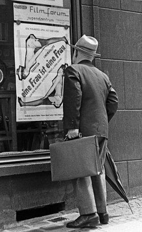 Plakatwerbung für Eine Frau ist eine Frau 1964 in Essen