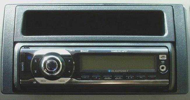 Autoradio aus den 2010ern im Armaturenbrett eingebaut