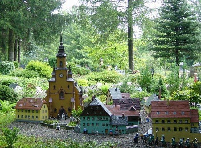 Der Miniaturpark Klein-Erzgebirge im sächsischen Oederan ist eine Ausstellung detailgetreuer Nachbildungen erzgebirgischer Bauwerke.Hier ein Modell der Oederaner Kirche im Klein-Erzgebirge.