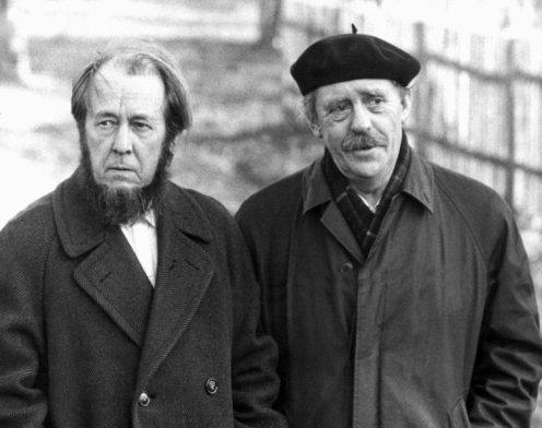 Der Schriftsteller Alexander Solschenizyn und Heinrich Böll im Jahr 1974