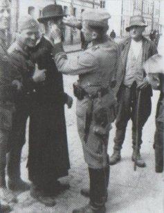 Deutsche Soldaten verspotten einen Juden in Krakau