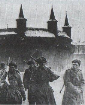 Soldaten der Roten Armee vor dem Hintergrund der Krakauer Barbakane, 1945