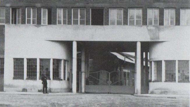 Das Fabriktor im Jahr 1942