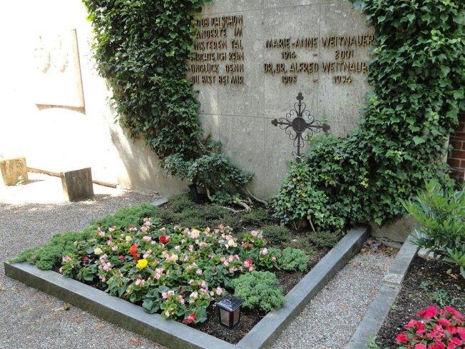 Ich fand weder ein Foto von Alfred Weitnauer noch von  Eberhard Neef (und das ist ne Schande !) .. nur dieses Grabfoto bei wikipedia