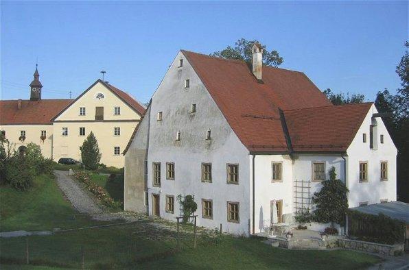 Altes Schloss (Vordergrund) und Neues Schloss (Hintergrund) von Valley