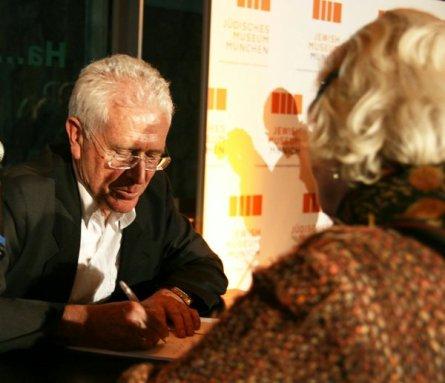 Benno Salamander signiert sein Buch (2012)