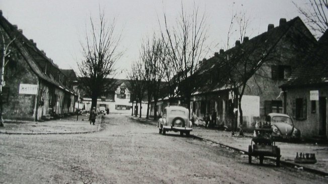 Straße im DP-Lager Föhrenwald bei Wolfratshausen 1956